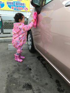 洗車を手伝う娘