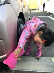 洗車の手伝い娘