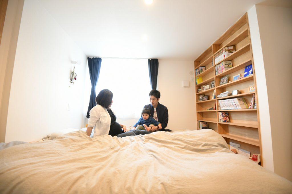 八戸市の新築住宅寝室の造作本棚 八戸市 平屋