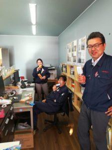 アイスを食べるスタッフ|八戸市 工務店