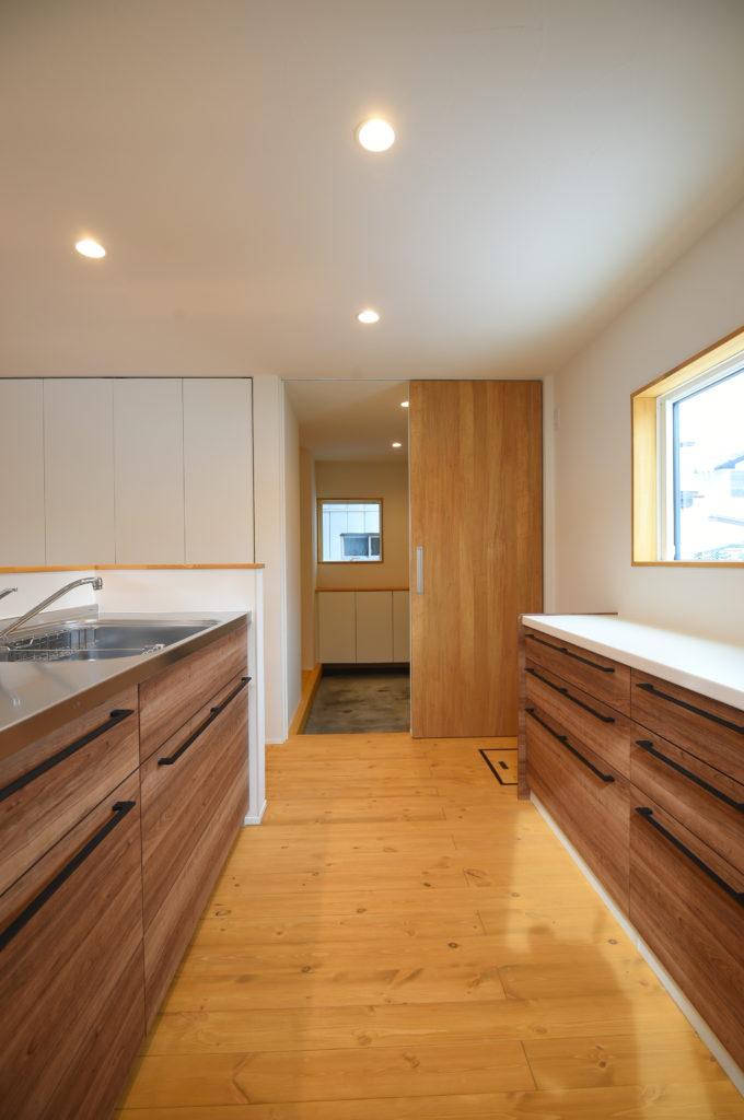 キッチンから土間玄関への動線|八戸市 工務店