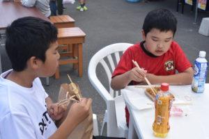 おふるまいを食べる子供|八戸市 リフォーム