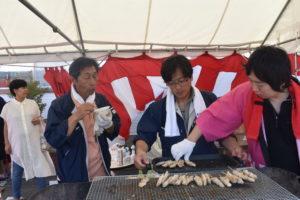 焼き鳥を焼くスタッフ|八戸市 工務店