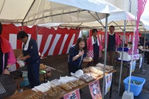 焼き鳥を食べる女性|八戸市 工務店