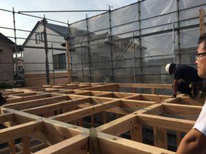 梁を組む大工さん|八戸市 工務店