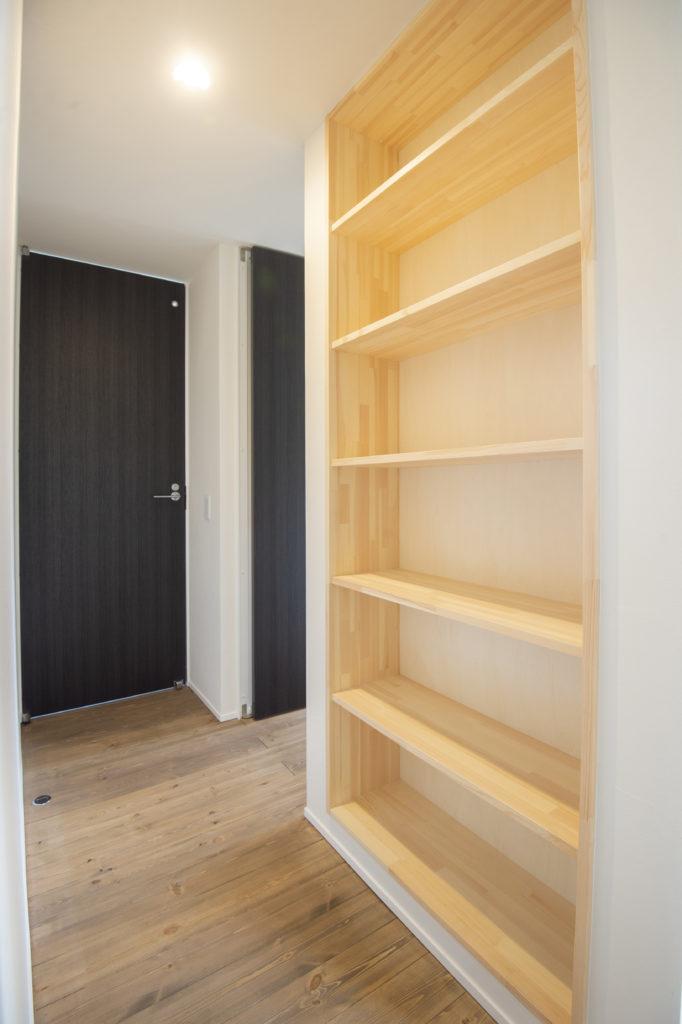 造作の本棚|八戸 工務店