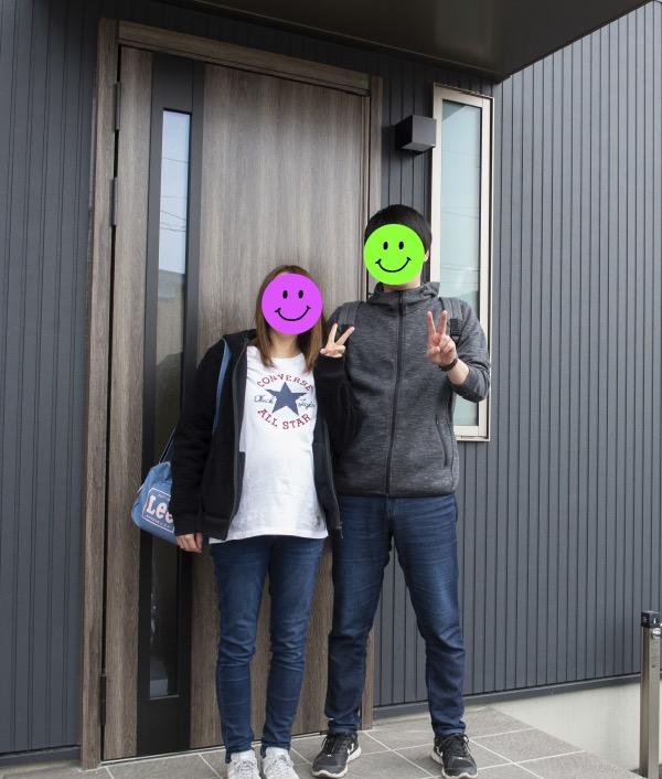建築した新築住宅の前で記念撮影|八戸市 工務店