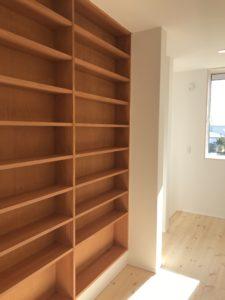 壁の厚さを利用した廊下の本棚|八戸市 新築住宅
