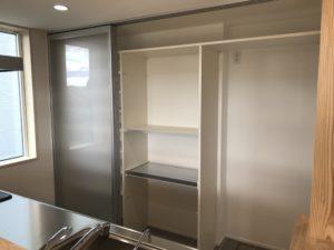 キッチン背面のスケルトン扉|八戸市 工務店