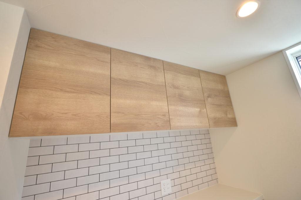キッチンの背面収納とタイル風クロス|八戸市 工務店