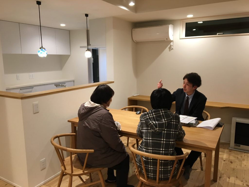 お客様と商談中|八戸市 工務店