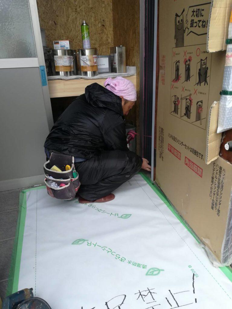 コーキング作業をする塗装屋さん|八戸市 完成見学会