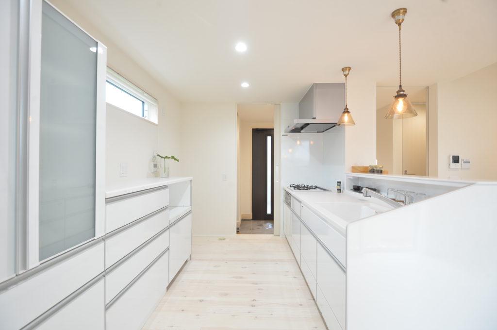 キッチンと回れる動線|八戸市 工務店