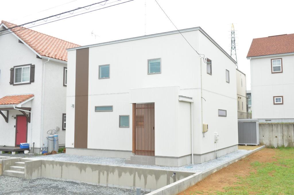 白い外壁にアクセントを入れる|八戸市 新築住宅