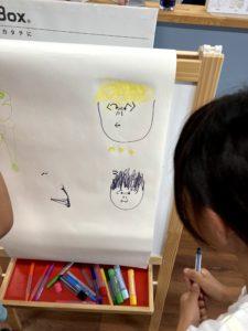 お絵かきをする子供|八戸市 新築住宅
