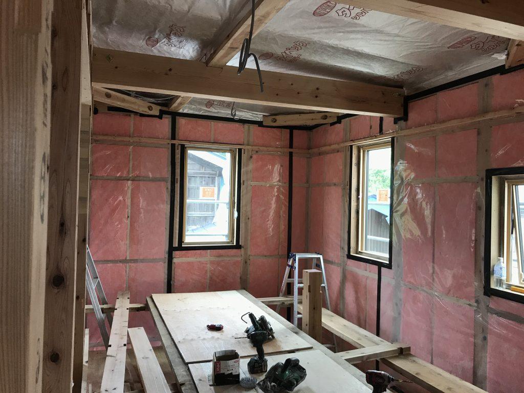断熱材の充填|八戸市 新築住宅