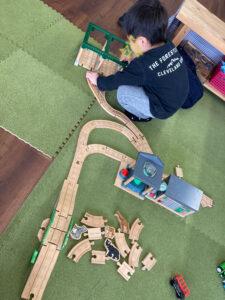 木製プラレールで遊ぶS君|八戸市 新築住宅