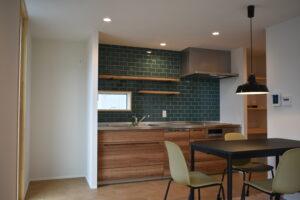名古屋タイルを壁に使用したキッチン|八戸市 工務店