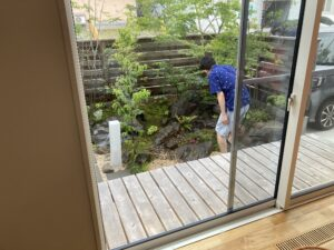 庭に水を巻いてくださるご主人 八戸市 注文住宅