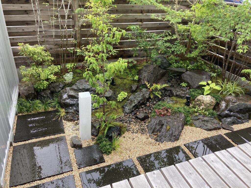 雨に濡れた美しいお庭|八戸市 工務店